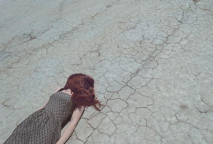 乾いた大地と女性