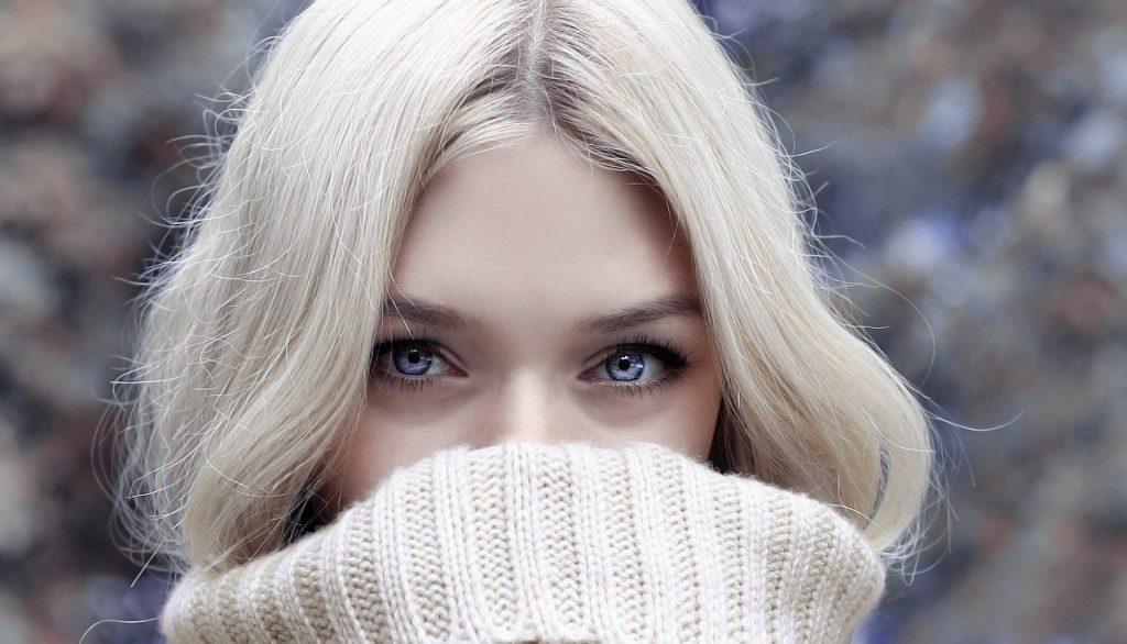 ホワイトヘアーの女性
