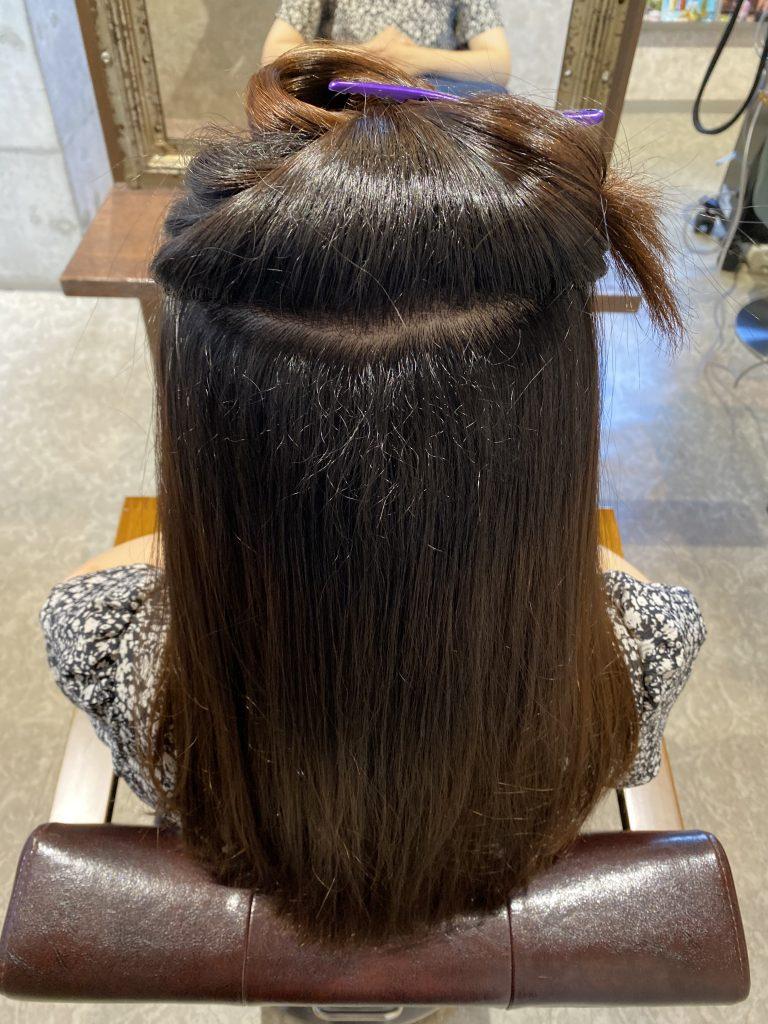 新しく生えた髪がうねってる女性
